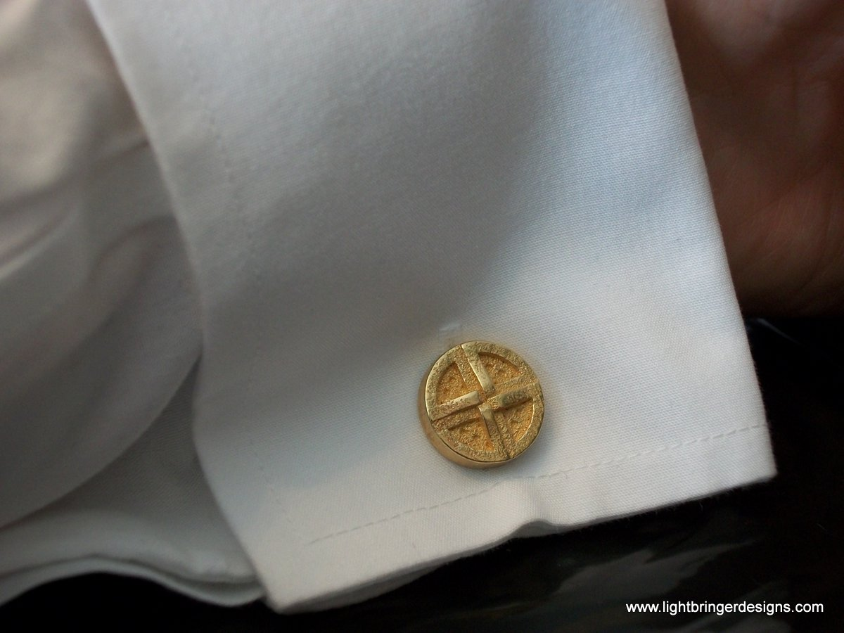 http://www.harryburger.com/wp-content/uploads/2012/03/shield-knot-cuff-link-on-sleeve.jpg